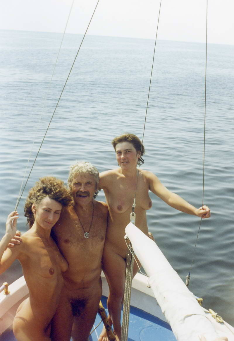 (со страницы Nudists taking off their clothes photo)